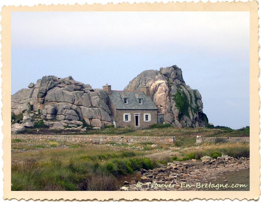 Castel meur la maison entre les rochers plougrescant photo de bretagne - Maison entre les rochers ...